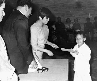 22012017 Profra. Ma. Antonieta Hernández, Dr. Manuel Ramírez (f) y Profra. Gloria Estela Vega, en 1968