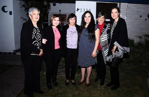 22012017 ACOMPAñAN A OLGA.  Teresa Berumen, Rosa Nieves González, Claudia Velasco, Aracely Goray y Angelines González de Berumen con Olga Betsabé Gallegos Robles en su fiesta de canastilla.