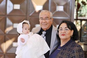 22012017 LINDA POSTAL.  Gala Barrios Valdés acompañada de sus abuelitos, Alfredo Valdés y Leticia Reyes.