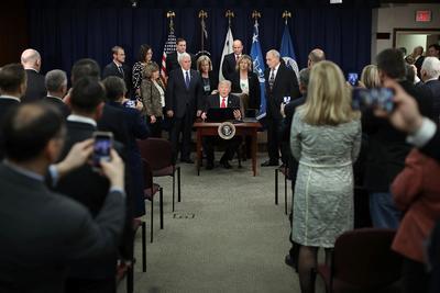 La firma de las órdenes se realizó este miércoles durante una ceremonia en el Departamento de Seguridad Interna.