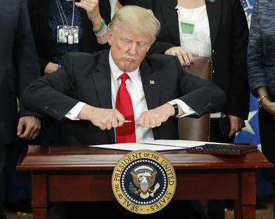 En total, fueron dos las órdenes ejecutivas que signó el mandatario, con las cuales busca cumplir su promesa de reforzar la seguridad fronteriza y frenar la inmigración ilegal.