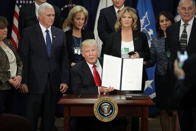 El presidente estadounidense Donald Trump firmó el decreto mediante el cual se ordena la construcción del muro en la frontera de Estados Unidos con México.