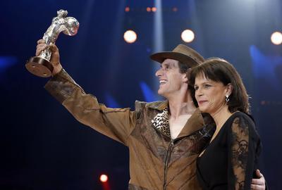 La princesa Estefanía de Mónaco (d) posa junto al artista Erwin Frankello (i), durante la ceremonia de la edición 41 del Festival Internacional de Circo de Monte-Carlo