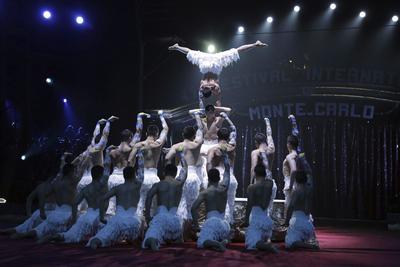 Los artistas 'The acrobatic troop of Xianjiang', ganadores del Premio payaso de plata, actúan durante la ceremonia de la edición 41 del Festival Internacional de Circo de Monte-Carlo