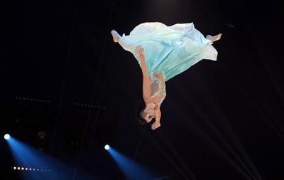La artista 'Skokov troop', actúa durante la ceremonia de la edición 41 del Festival Internacional de Circo de Monte-Carlo celebrado en Mónaco.