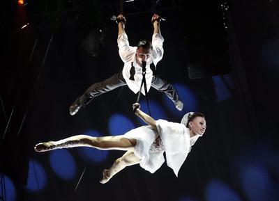 Los artistas 'Sky Angels', ganadores del Premio payaso de oro, actúan durante la ceremonia de la edición 41 del Festival Internacional de Circo de Monte-Carlo.
