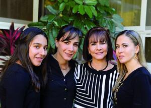 26012017 EN FAMILIA.  Bárbara, Ivette, Laura y Laura.
