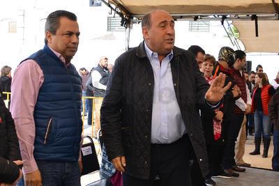 """Una vecina le inquirió a Moreira, """"si allá en Medellín hay tantas fugas de drenaje cómo aquí""""."""