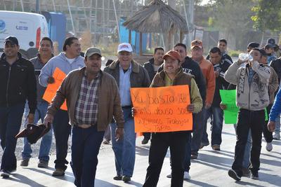 """Los manifestantes caminaron por el carril lateral norte del Periférico, estrangulando así el tránsito vehicular en las """"horas pico""""."""