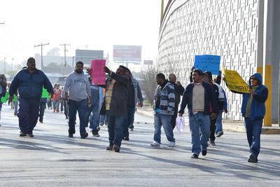 """Portando pancartas de colores en las que expresan que """"le daremos diez mil votos al PAN"""" y """"tenemos derecho a trabajar""""."""