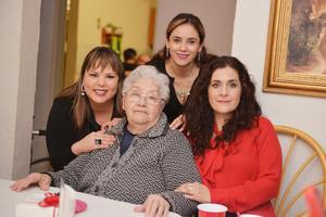 27012017 ES FELICITADA.  La señora Raquel cumplió un año más de vida por lo que fue felicitada por Humaya, Lourdes y Eunice.