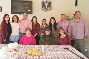 27012017 GRATO FESTEJO.  Jesús Mendoza celebró su cumpleaños en compañía de su familia.