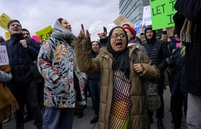 """La orden de Trump suspende la emisión de visados para personas procedentes de Irán, Siria, Irak, Somalia, Sudán, Yemen y Libia hasta que se establezcan medidas de """"escrutinio extremo"""""""