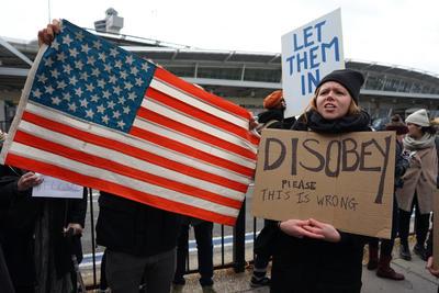 """Donald Trump aprovechó el pasado viernes 27 de enero en una visita al Pentágono para firmar una acción ejecutiva sobre medidas de escrutinio de personas que vienen a Estados Unidos para """"proteger al país de la entrada de terroristas extranjeros""""."""