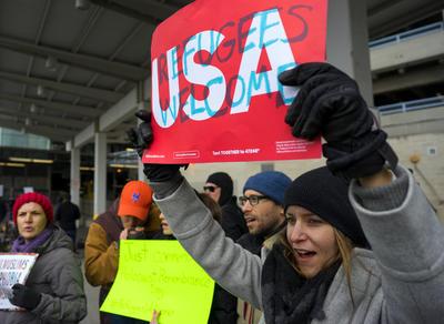 El veto temporal a la entrada en Estados Unidos de ciudadanos de varios países de mayoría musulmana provocó hoy protestas en el aeropuerto neoyorquino JFK y en otros puntos del país.