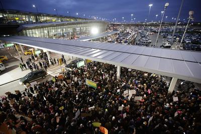 La manifestación en en Nueva York reinició a las 17:45 en el aeropuerto internacional JFK, en protesta contra las políticas migratorias de Donald Trump.