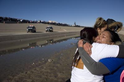 De manera ordenada y en grupos, las familias se acercaron de uno y otro lado de la frontera para llevar a cabo el abrazo, con el que, en esta ocasión quisieron transmitir un mensaje de unidad al nuevo presidente estadounidense, Donald Trump, según dijeron.
