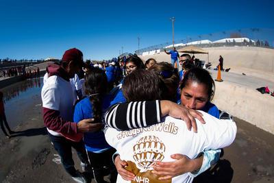 """""""Mucho tiempo sin verla. Mi mamá nomás lloraba. No pudo hablar con nosotros"""", dijo mientras le resbalaban lágrimas por el rostro Heriberto, un mexicano originario de Huauchinango (Puebla), que ha vivido desde hace seis años en Phoenix (Arizona)."""