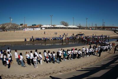 """En el encuentro, bautizado como """"Abrazos No Muros"""", participaron 370 familias de origen mexicano que residen sin documentos migratorios en estados como California, Texas, Colorado y Arizona."""
