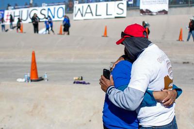 El encuentro tuvo lugar en el Río Grande, que sirve de frontera entre los dos países, y en él los familiares de ambos lados de la linde protagonizaron un abrazo simbólico de tres minutos.