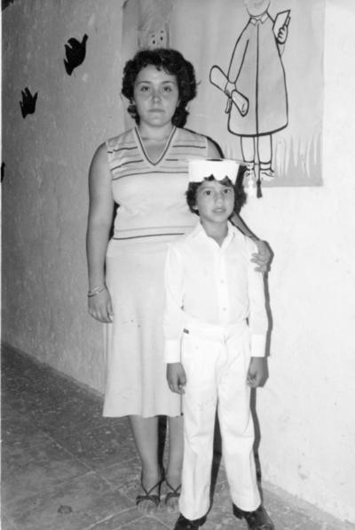 29012017 Mario Alberto Valadez con su maestra en su graduación del Kinder.