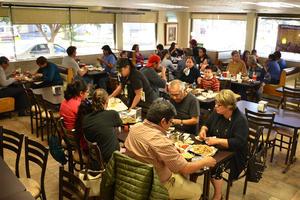29012017 Los asistentes disfrutaron una rica comida.