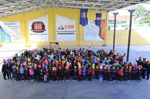 30012017 GRATOS MOMENTOS.  Alumnos y maestros del Colegio San Roberto en el Día del Gorro Loco.