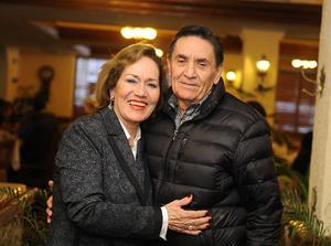 29012017 FESTEJA SU CUMPLEAñOS.  Lupita Morales en compañía de su esposo, Nazario López Robles.
