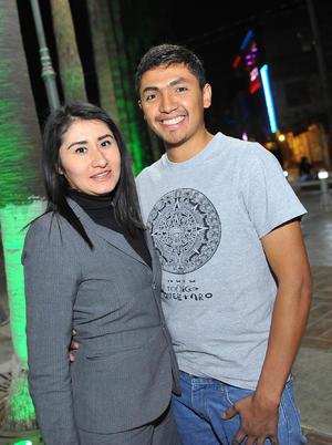 31012017 POSAN PARA LA FOTO.  Nancy y Guillermo.