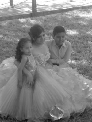 02042017 Danna Valeria acompañada de sus hermanos.