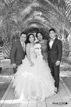 06082017 Teresa en compañía de sus papás, Alfredo y María, y su hermano, Alfredo. - Tania Corzo Fotografía