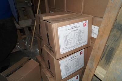 Ayer aún había despensas en cajas cerradas, con los logotipos de la Segob.