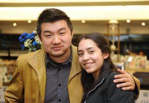 02022017 POSAN PARA LA FOTO.  Su Meng Wei y Renata.