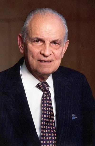 Lorenzo Servitje Sendra nació el 20 de noviembre de 1918. Es un hombre mexicano, contador público por la UNAM, católico y padre de ocho hijos.
