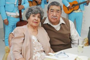 07022017 GRATA CELEBRACIóN.  Con una comida de cumpleaños se festejaron los 80 años de vida de la señora Evangelina Romo Frausto, la acompaña en la fotografía su esposo Manuel de la Rosa.