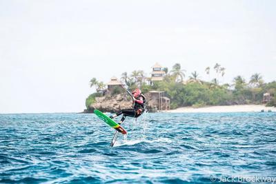 """Obama aprendió a hacer """"kitesurf"""" y Branson """"foilboard"""", otro deporte acuático de moda en el que se usa una tabla de surf con una quilla especial que permite elevarse sobre el agua y alcanzar gran velocidad."""
