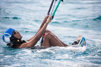"""Las imágenes, muy comentadas en Internet, muestran un Obama relajado, bromista y en plena forma mientras aprende a hacer """"kitesurf""""."""