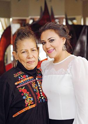 09022017 EN RECIENTE EVENTO.  Magdalena con su hija, Sanjuana.