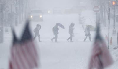 Escuelas cerraron, vuelos fueron cancelados y se reportaron numerosos accidentes.