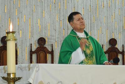Fue el Vicario General de la Diócesis de Torreón, José Luis Escamilla quien previamente explicó a los asistentes que el canto forma parte de la iniciativa #VibraMéxico para exigir respeto a los mexicanos en el extranjero.