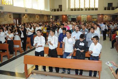 En la Catedral del Carmen más de 350 fieles entonaron al final de la misa de la una de la tarde el Himno con respeto y emoción.