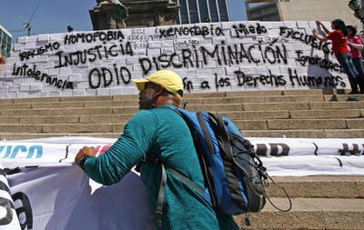 """El contingente que llegó con la manifestación """"Vibra México"""" rodea el Ángel de la Independencia, prácticamente desde la calle de Florencia."""