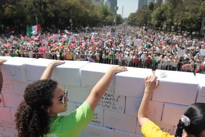 """Los manifestantes levantaron un """"muro"""" con consignas."""