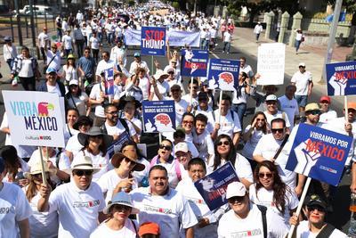 """Algunos manifestantes blandieron también carteles en inglés con mensajes como """"Friends, no borders"""" (amigos, no fronteras), en respuesta a los planes de Trump de construir un muro en el límite con México y hacérselo pagar al país latinoamericano, y de deportar a millones de inmigrantes mexicanos en EU."""