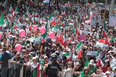 """""""A México se le respeta"""", """"Unidos somos invencibles"""" y """"Duro contra el muro"""" rezaron algunas de las pancartas visibles en las manifestaciones en Ciudad de México, plagadas de banderas mexicanas y en las que se escucharon cánticos espontáneos como el """"Cielito lindo"""", muestra de su talante pacífico."""