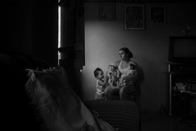 Una de las instantáneas ganadoras del segundo premio de Historias en la categoría de Temas Contemporáneos, captada por el fotógrafo brasileño Lalo de Almeida, que muestra a Marcela, de dos años, mientras juega con sus hermanas, ambas nacidas con microcefalia a causa del Zika.