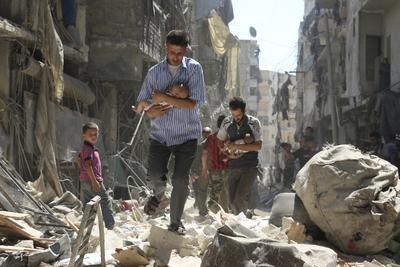 Fotografía ganadora del segundo premio de Historias en la categoría de Noticias de Actualidad, captada por el fotógrafo Ameer Alhalbi, donde aparecen dos hombres sirios mientras rescatan a dos bebés de una zona destruída tras un bombardeo en Alepo.