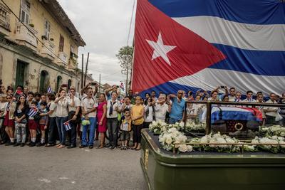 Ganadora del primer premio en el apartado Historias de la categoría Vida Cotidiana, tomada por el fotógrafo chileno Tomás Munita, captura un momento en el que el cortejo fúnebre del exlíder cubano Fidel Castro desfila por las calles de Santa Clara, Cuba.