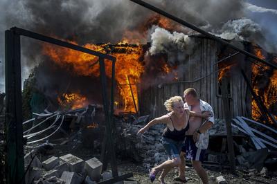 """Imagen tomada por la fotógrafa Valery Melnikov, ganadora del primer premio de la categoría """"Proyectos de Largo Recorrido"""" . La serie fotográfica, llamada """"Días Negros en Ucrania"""", muestra a víctimas del conflicto ucraniano en la localidad de Luganskaya."""
