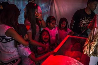 Reconocida en Historias en la categoría de Temas de actualidad y captada por el fotógrafo Daniel Berehulak, esta fotografía muestra a una niña de seis años que llora ante el féretro de su padre, Jimboy Bolasa, asesinado por varios hombres sin identificar en Manila, Filipinas.